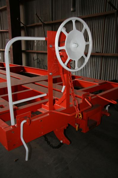 Wheel handbrake at the end of a skeletal container wagon