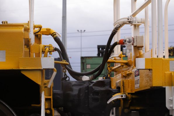 Power and additional compressed air lines between hoppers and the genset wagon