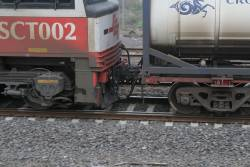 Pipes and hoses linking the locomotive to the online refuelling wagon