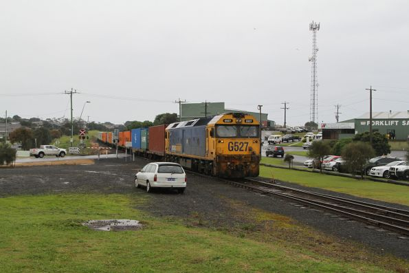 G527 ready to bring the front half of the train back into the Westvic container terminal