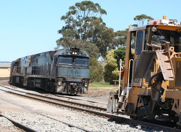 Steellink liveried NR58 leads NR4 on AB6 freight through North Shore