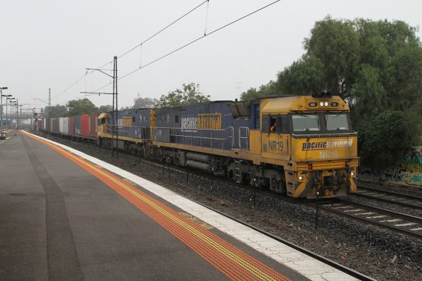 NR19 and NR111 lead AM5 up freight through Middle Footscray