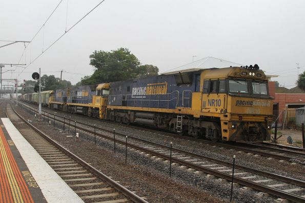 NR10, NR66 and NR17 lead PM5 on the up at Middle Footscray