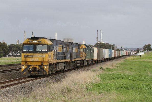 NR39, NR91 and G539 lead 4AM5 on the up through Corio