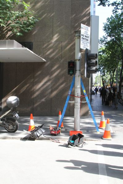 Installing new traffic signals at William and Little Collins Street