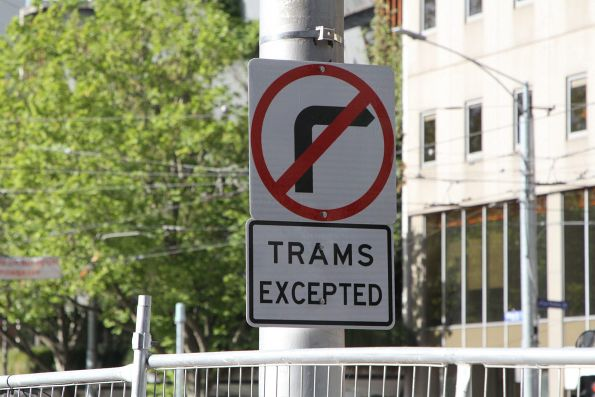 'No right turn: trams excepted' signage northbound at William and La Trobe Street