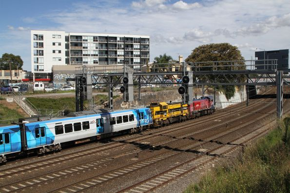 P16 leads T363 through Footscray on the down leg of the transfer