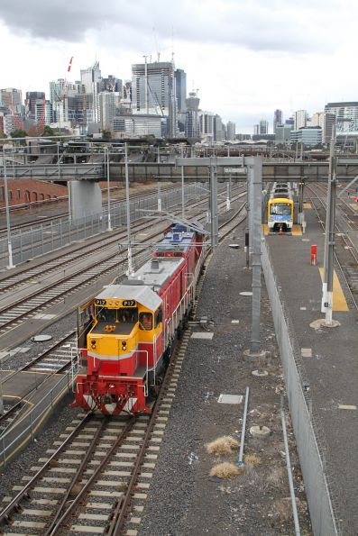P17 and P18 run around the train at Melbourne Yard