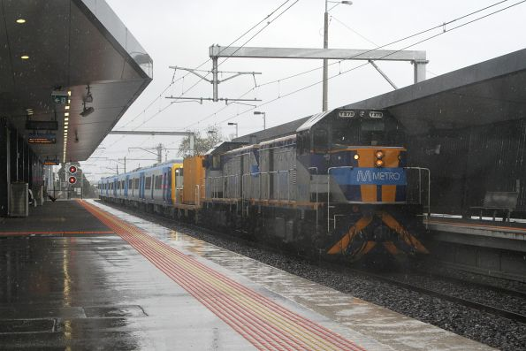 T373 and T376 lead a new X'Trapolis train towards Epping Workshops at Thomastown