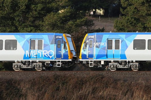 Original (left) and modified (right) Metro logos on the side of X'Trapolis carriages 273M and 276M